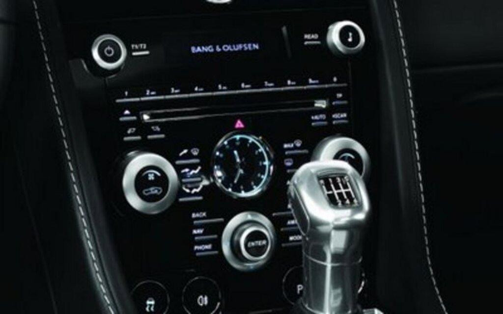 bang olufsen fournit un nouveau syst me audio sur mesure l 39 aston martin dbs guide auto. Black Bedroom Furniture Sets. Home Design Ideas