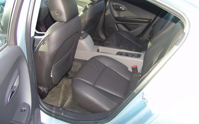 Chevrolet Volt 2011. La batterie passe entre les deux sièges.