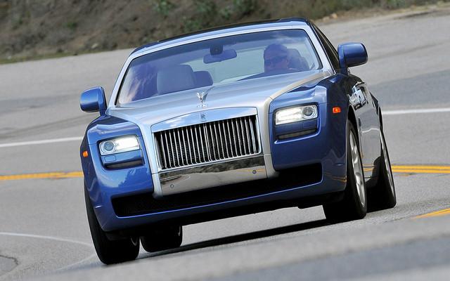 L'étonnante Rolls-Royce Ghost en action sur une route calfornienne