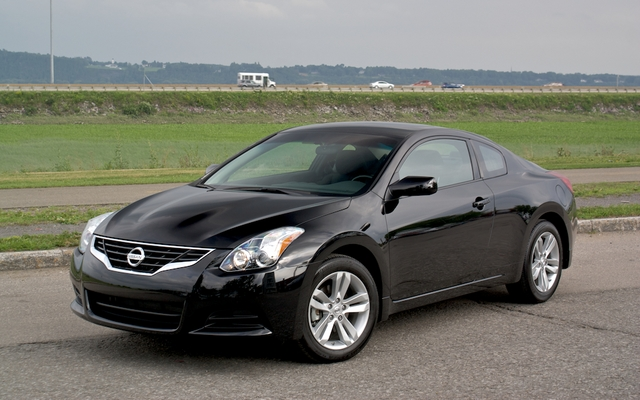 nissan altima 2 5s coup 2010 pour se distinguer guide auto. Black Bedroom Furniture Sets. Home Design Ideas