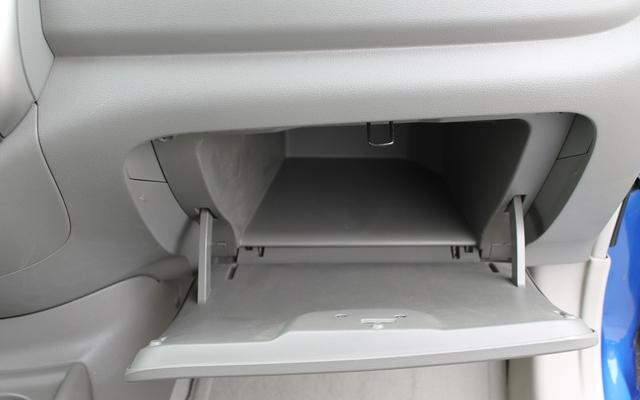 Nissan Versa berline 2012. Ça c'est du coffre à gants!