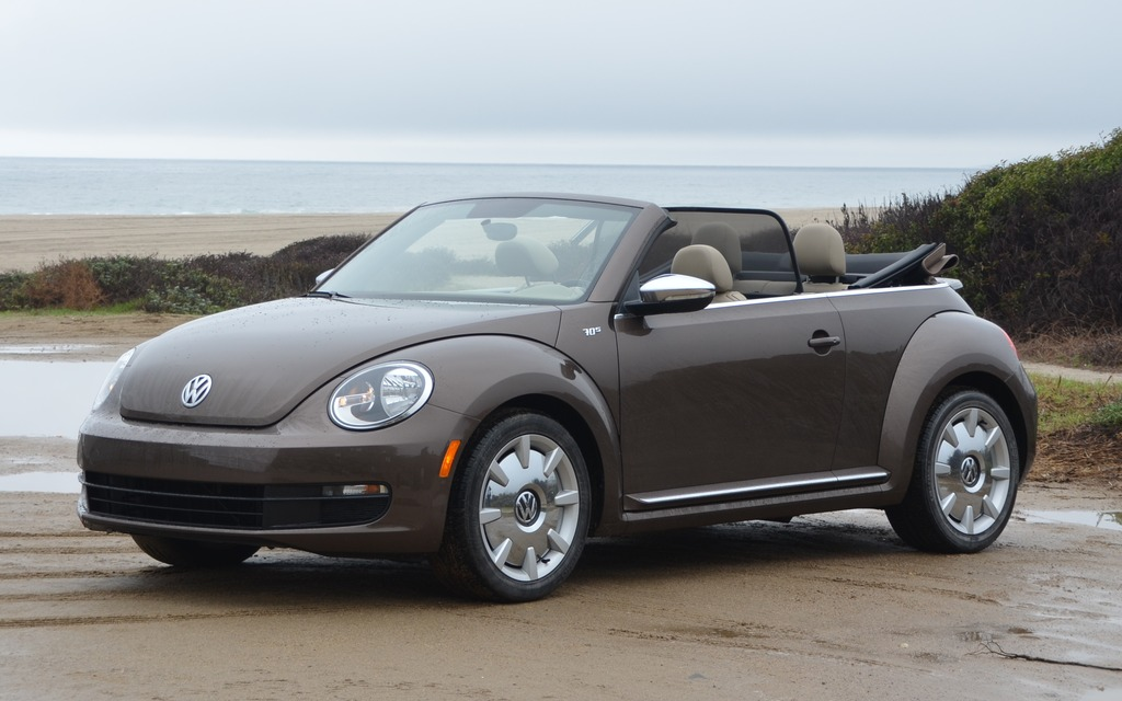volkswagen beetle cabriolet 2013 les pieds dans le sable la t te dans les nuages guide auto. Black Bedroom Furniture Sets. Home Design Ideas