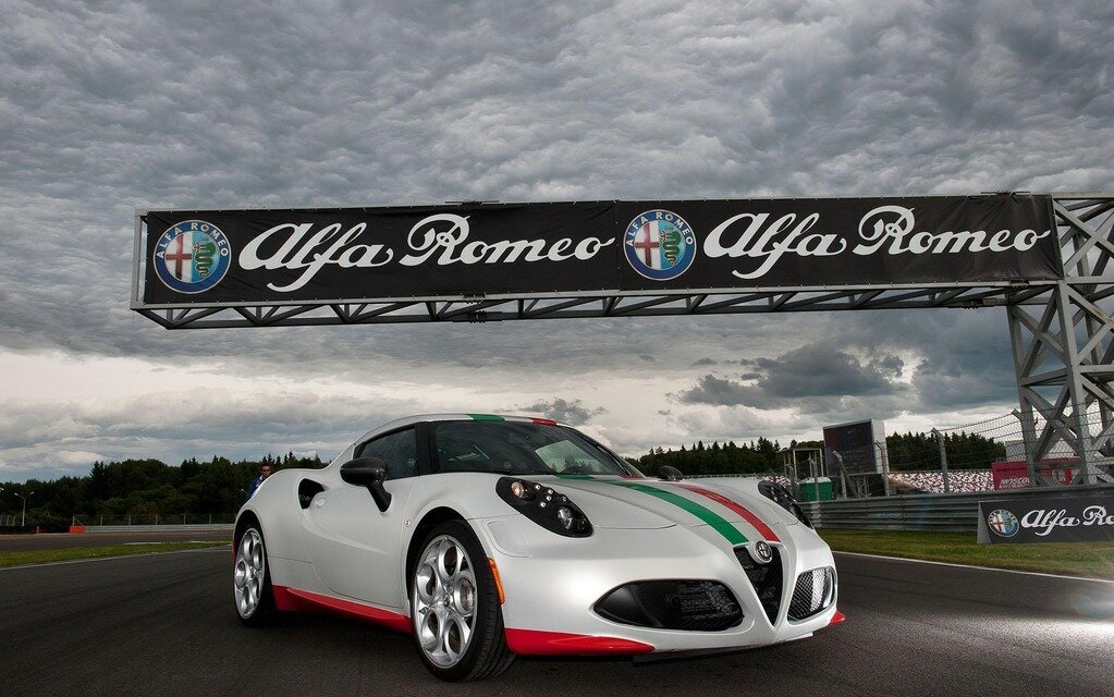 alfa romeo 4c convertie en voiture de s curit guide auto. Black Bedroom Furniture Sets. Home Design Ideas