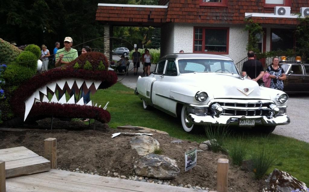 Pour avoir l'air plus imposant qu'une Cadillac 1953, ça prend un dragon!