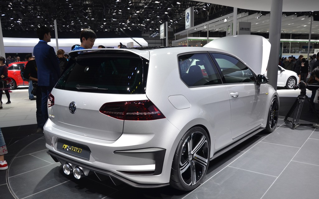 volkswagen unveils a crazy golf r400 in beijing 2 5. Black Bedroom Furniture Sets. Home Design Ideas