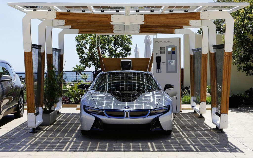 Un parking qui recharge votre voiture à l'énergie solaire!