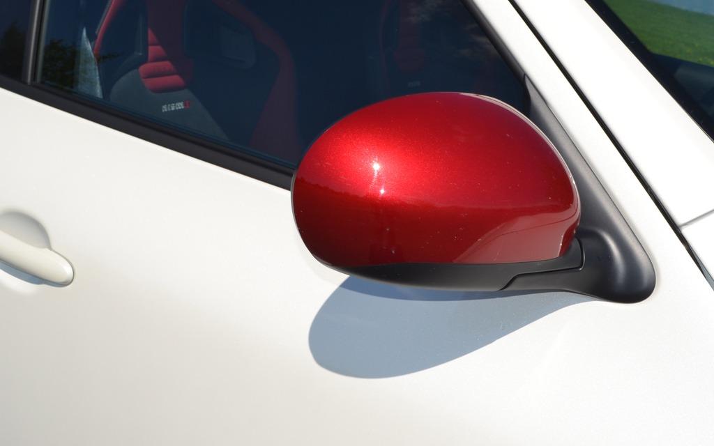 Le Juke NISMO offre des miroirs peints en rouge