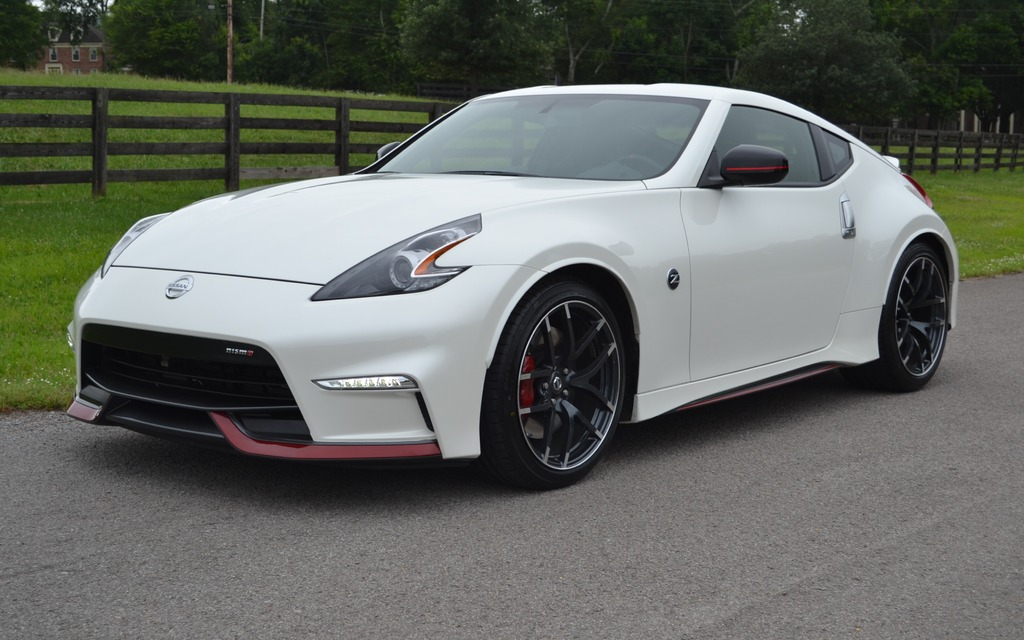 the nismo ladies in white nissan gtr and 370z 2028