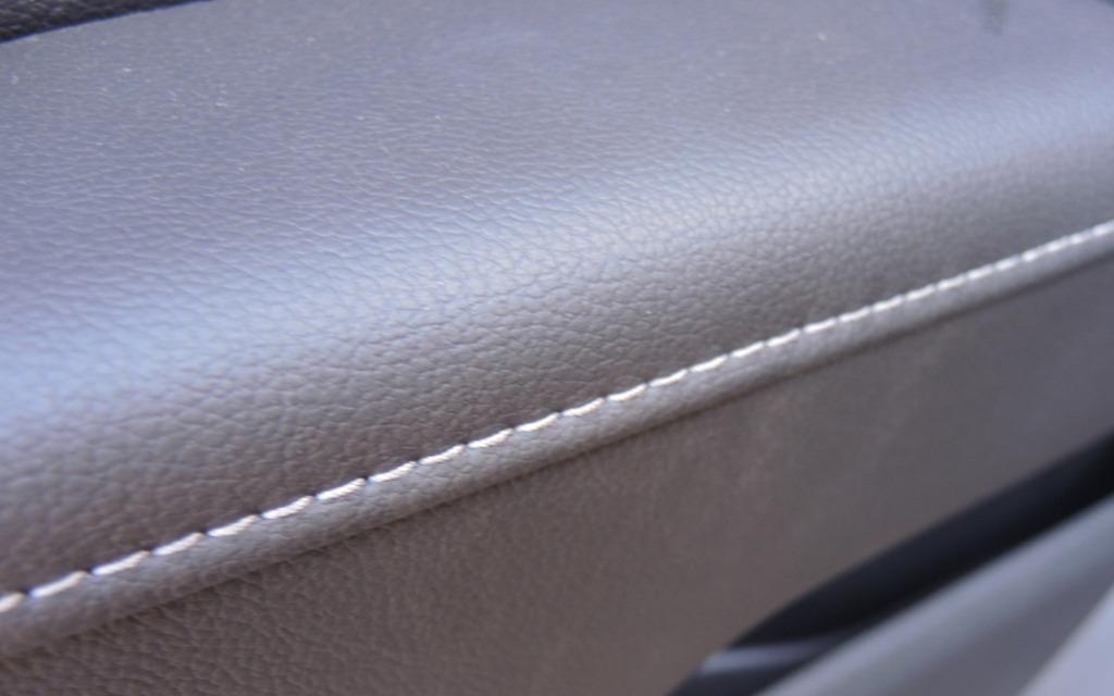 Les modèles plus luxueux ont une sellerie en cuir avec surpiqûres.