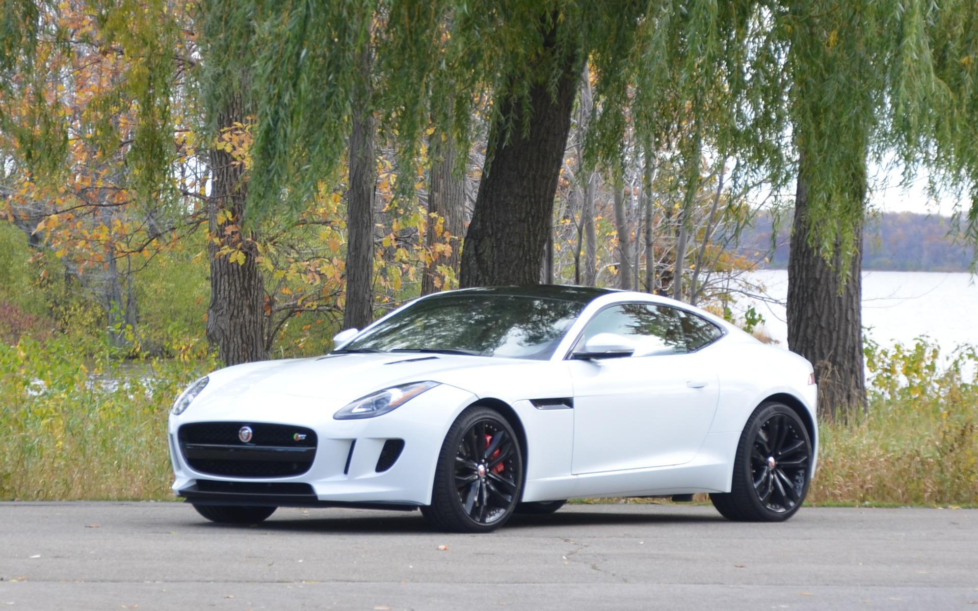 Jaguar F-Type Coupe. Manque juste un chou sur le toit.