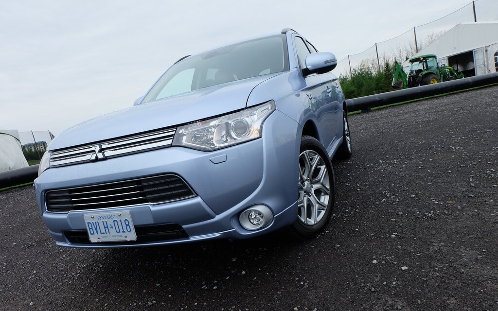 mitsubishi outlander phev 2015 le vus rechargeable. Black Bedroom Furniture Sets. Home Design Ideas