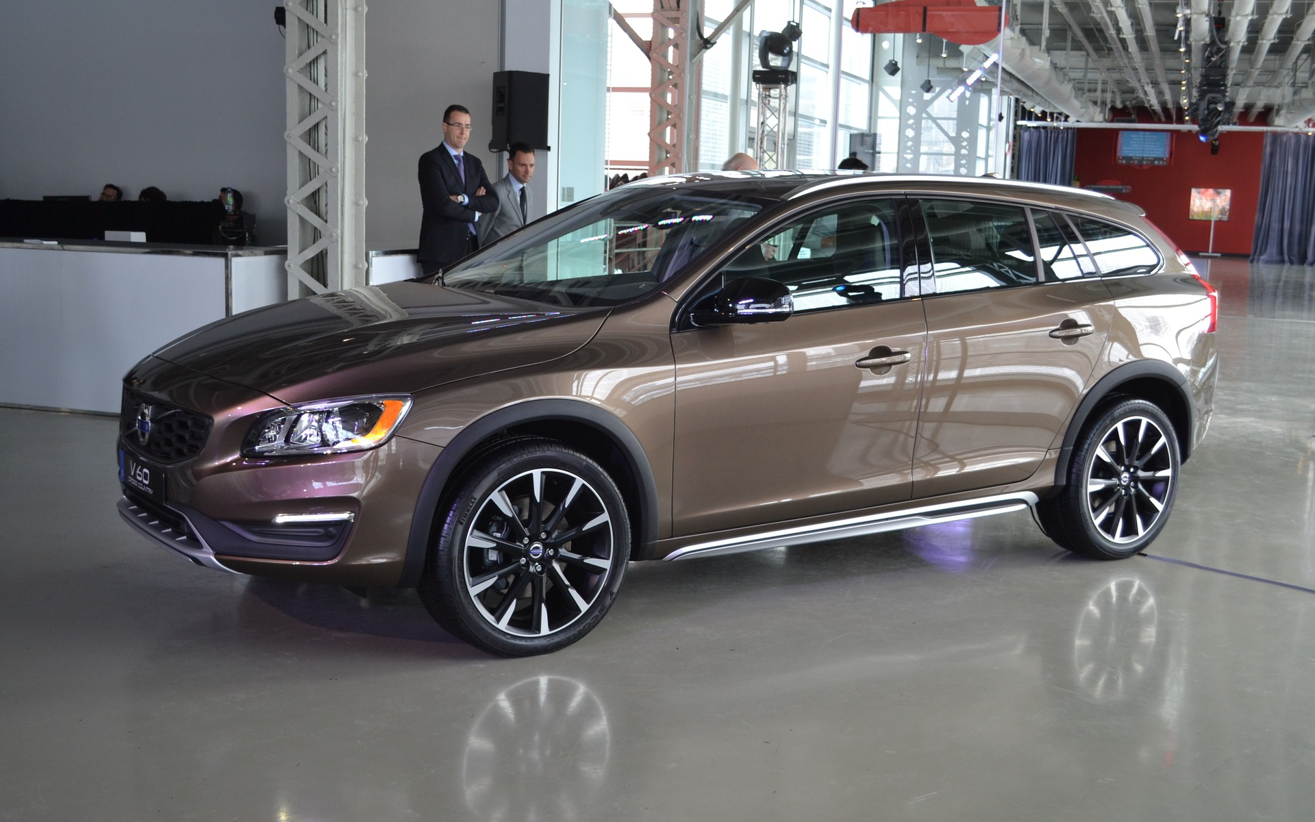 Volvo Introduces The New 2016 Xc90 And V60 Cross Country 15 17