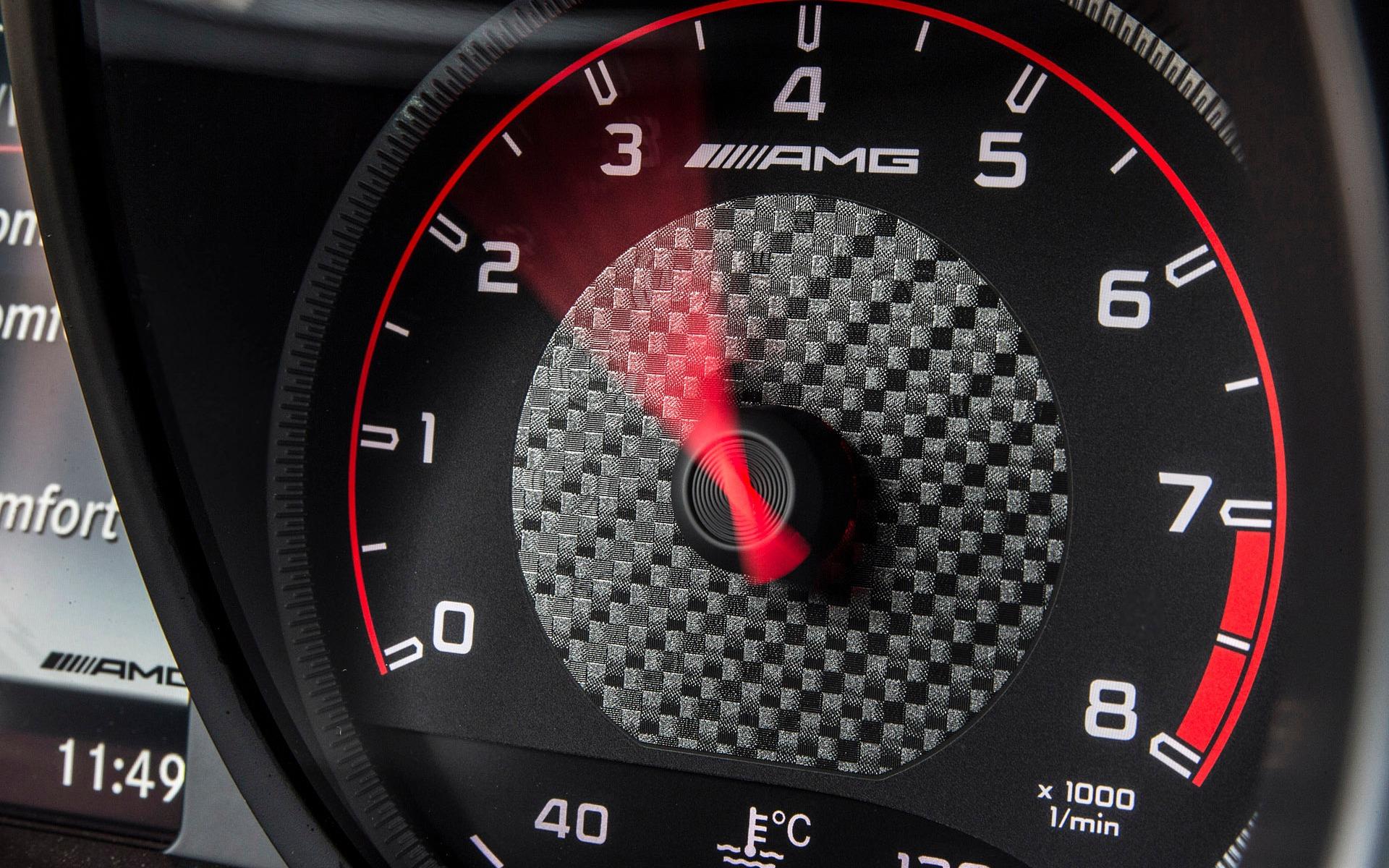 Zone rouge à 7 000 tr/min pour le V8 à double turbo