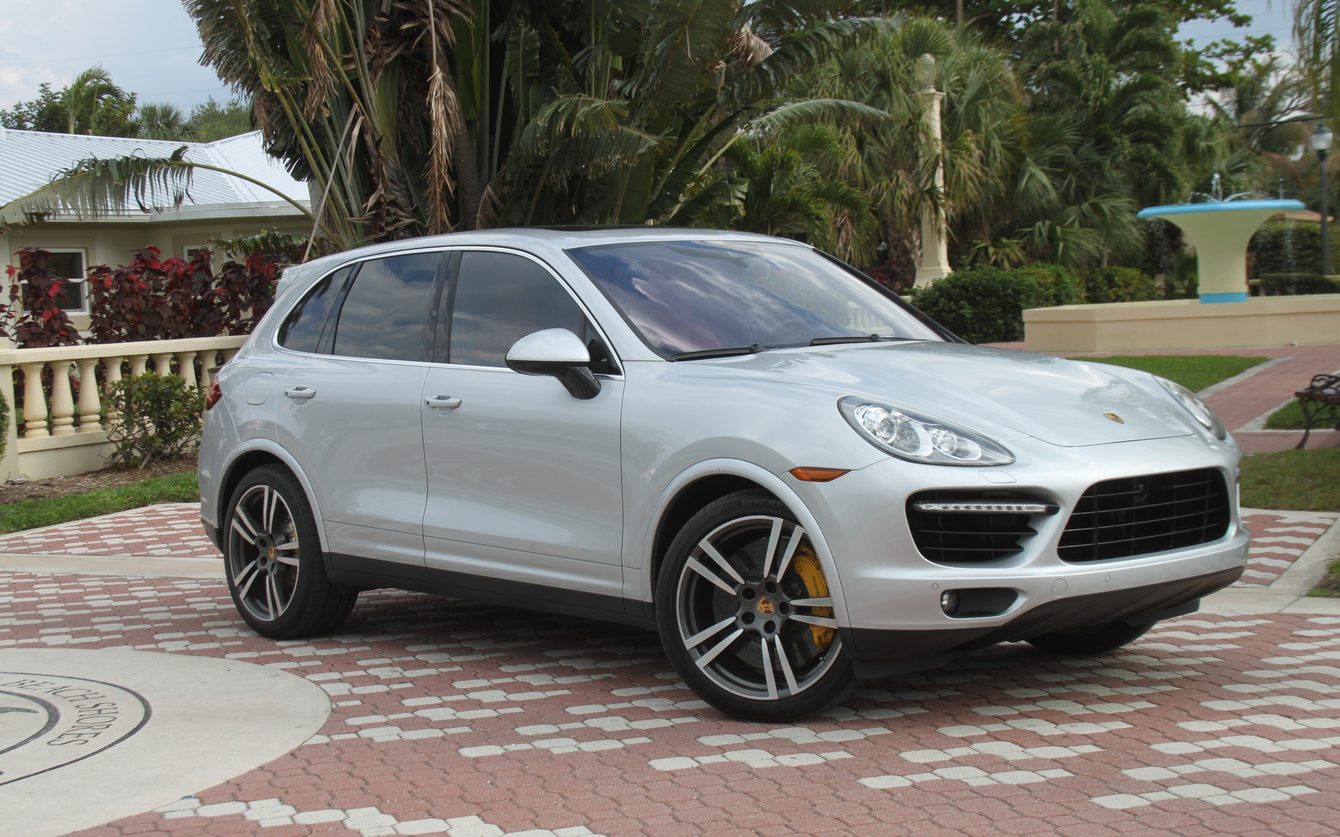 porsche cayenne 2015 vert pelouse ou rouge enfer guide auto. Black Bedroom Furniture Sets. Home Design Ideas