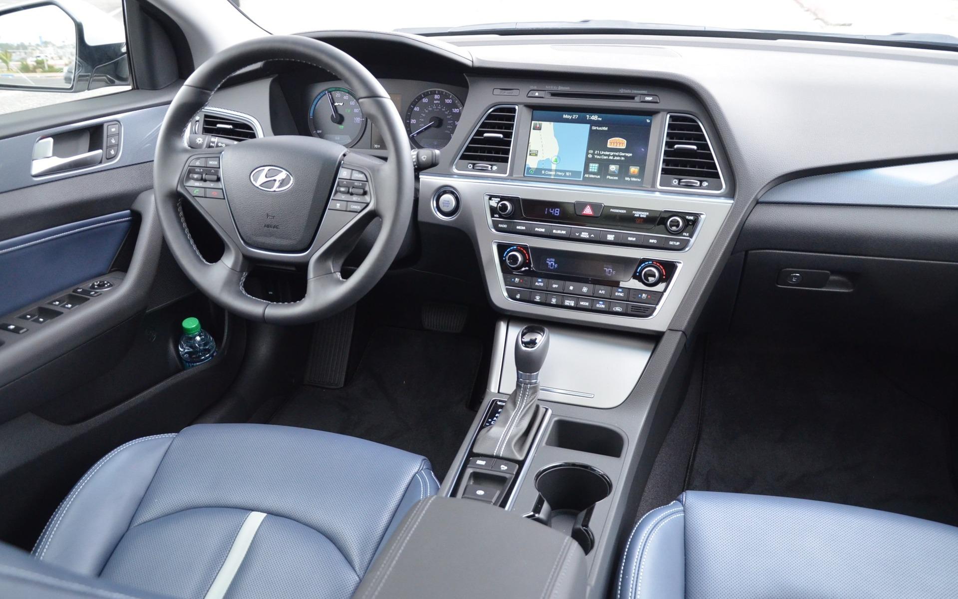 Hyundai Sonata Hybrid 2016 - Habitacle avec sellerie de couleur bleue.