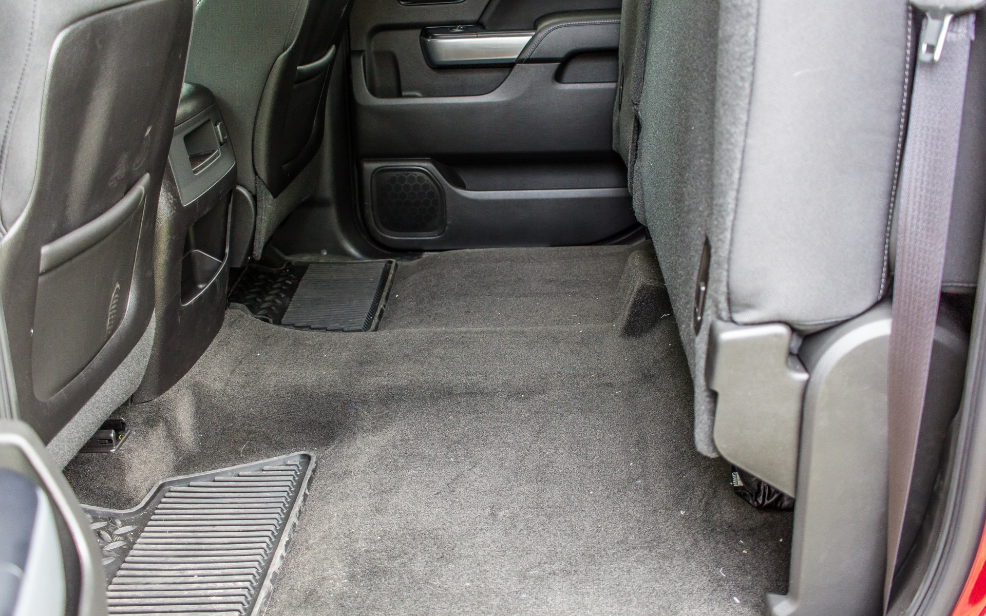 Les sièges arrière se relèvent pour augmenter l'espace de chargement.