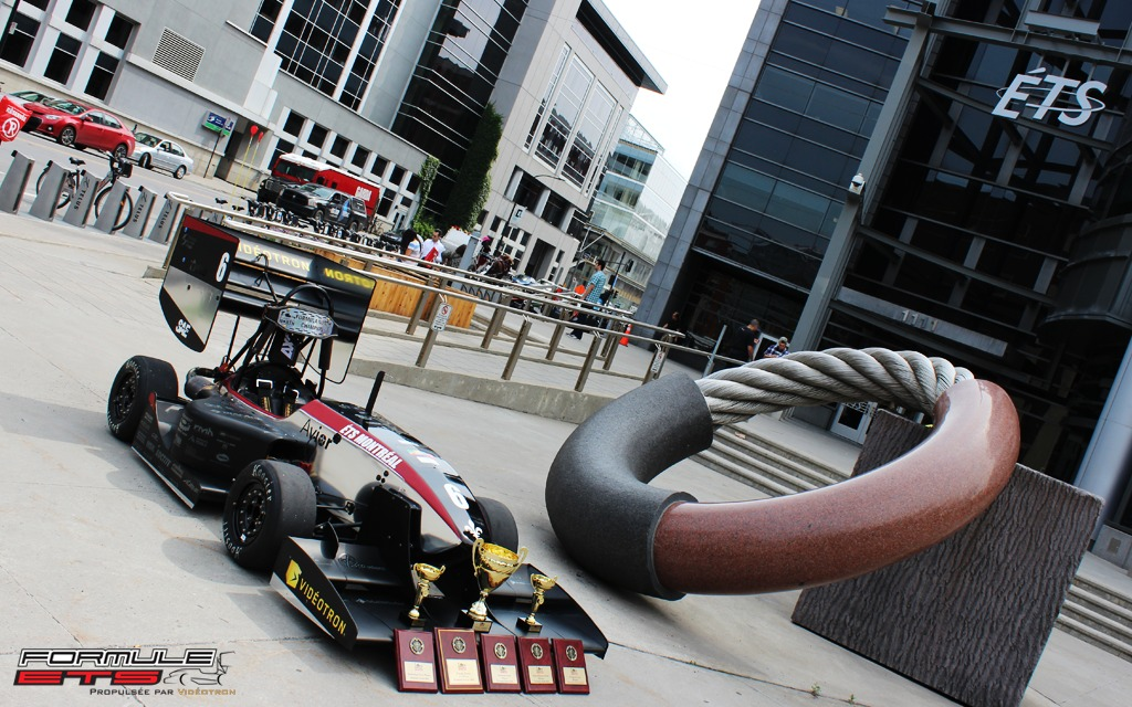 La voiture arborant fièrement ses trophées devant l'ÉTS