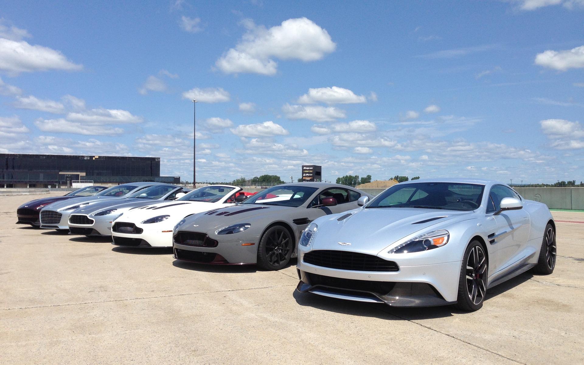 Six splendides Aston Martin alignées au circuit ICAR