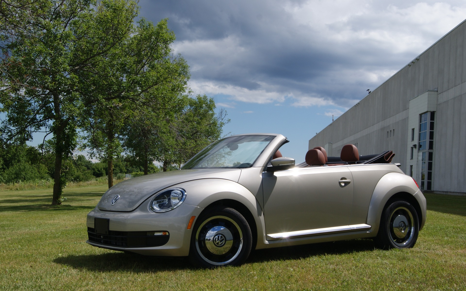 2016 volkswagen beetle classic convertible now on sale in canada the car guide. Black Bedroom Furniture Sets. Home Design Ideas