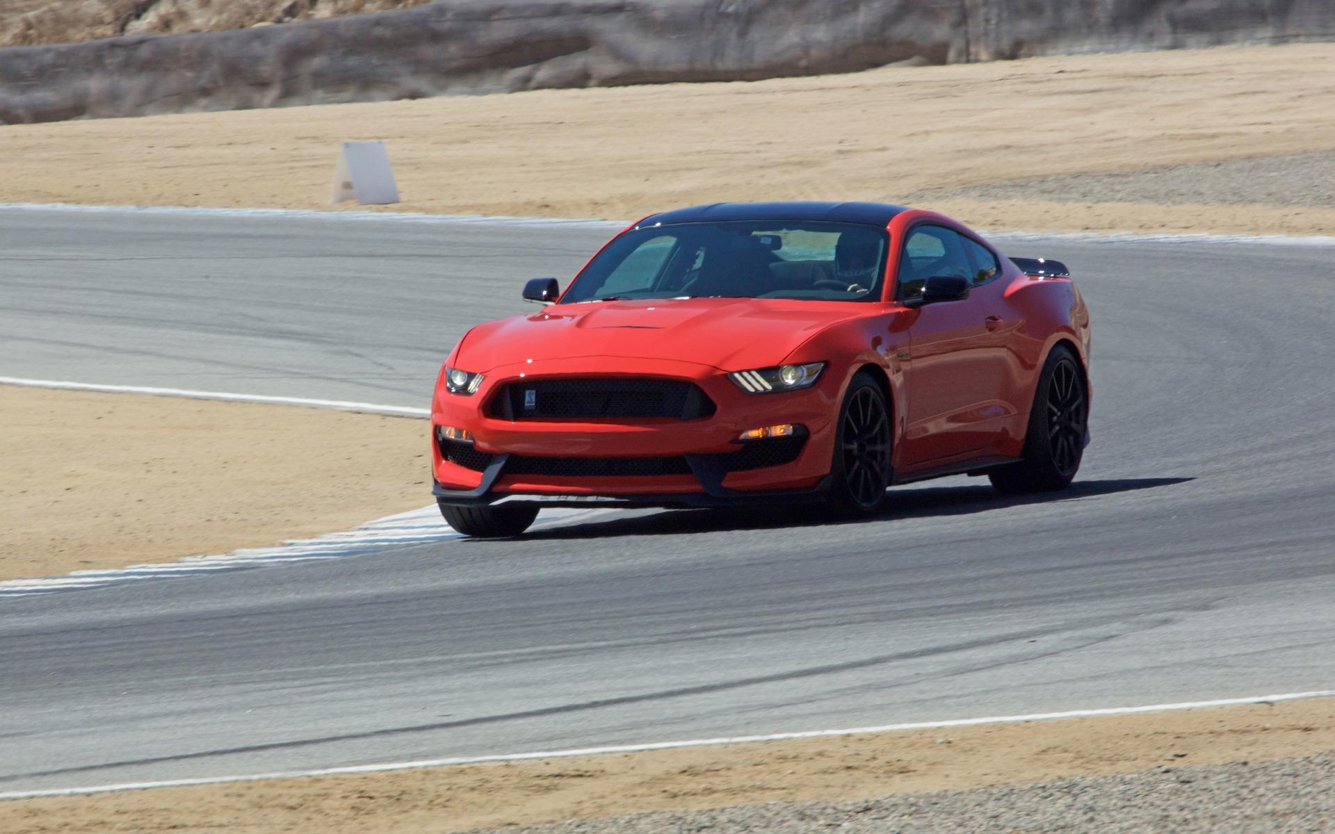 Ford Mustang Shelby GT350 - En action sur le circuit de Laguna Seca.
