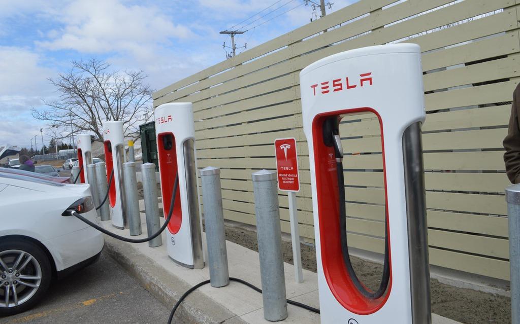 Superchargeur Tesla de Drummondville sur le bord de l'autoroute 20