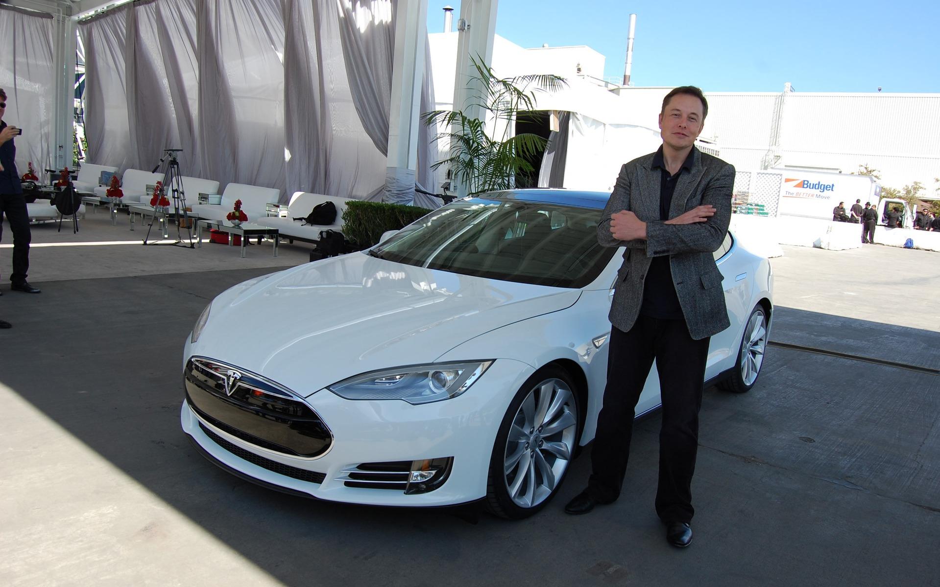 Elon Musk devant une Tesla Modèle S en 2011 à l'usine de Californie