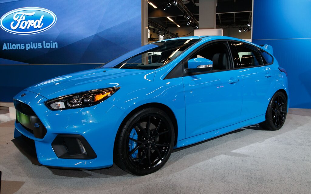 first ford focus rs rolls off production line the car guide. Black Bedroom Furniture Sets. Home Design Ideas