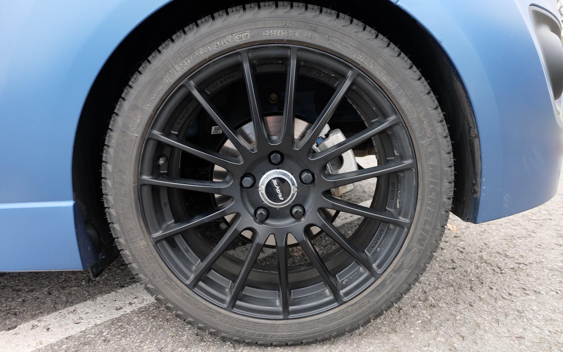 les roues RAYS de 18 pouces sont de série.