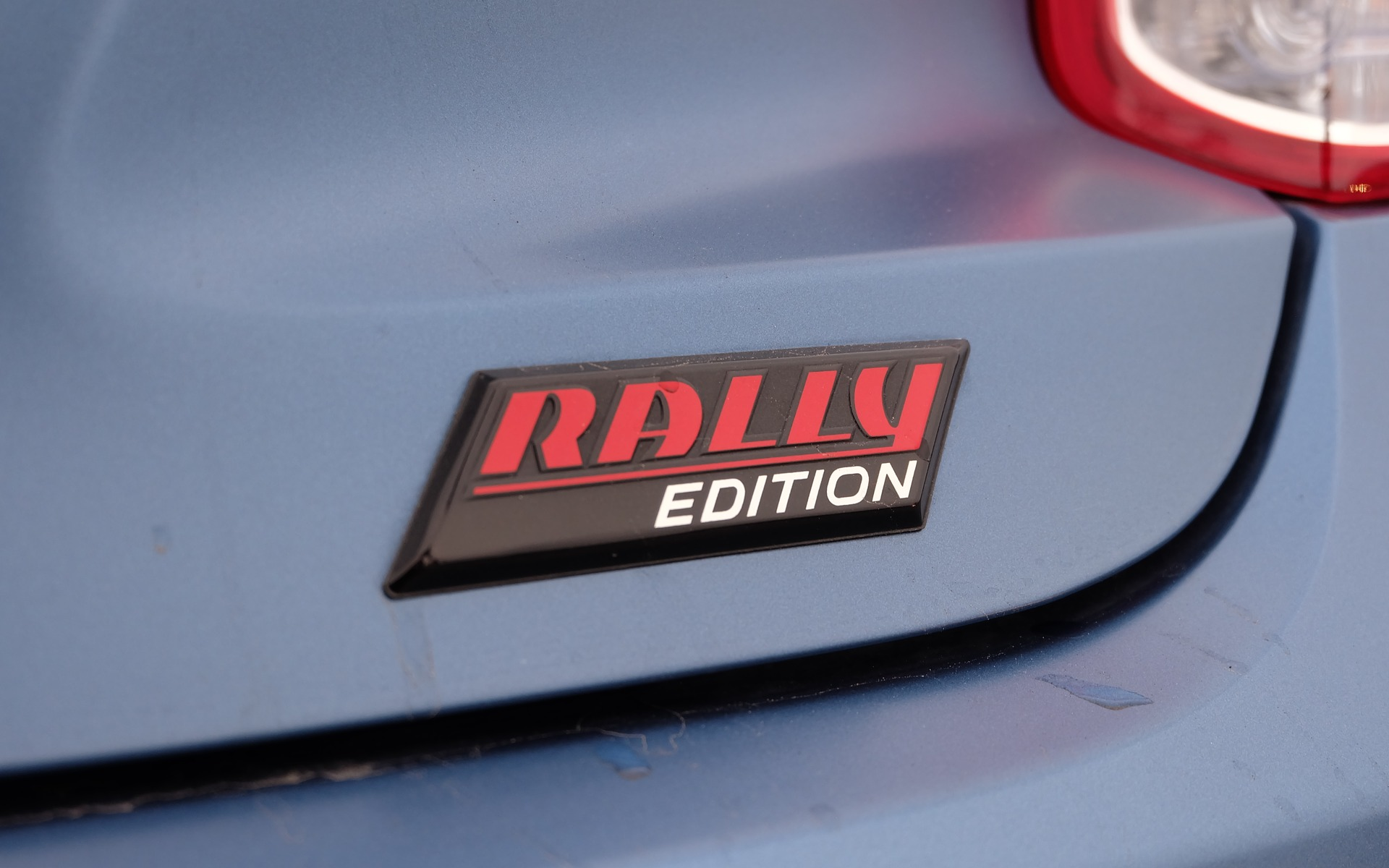 Les badges clament qu'il s'agit de la version Rally