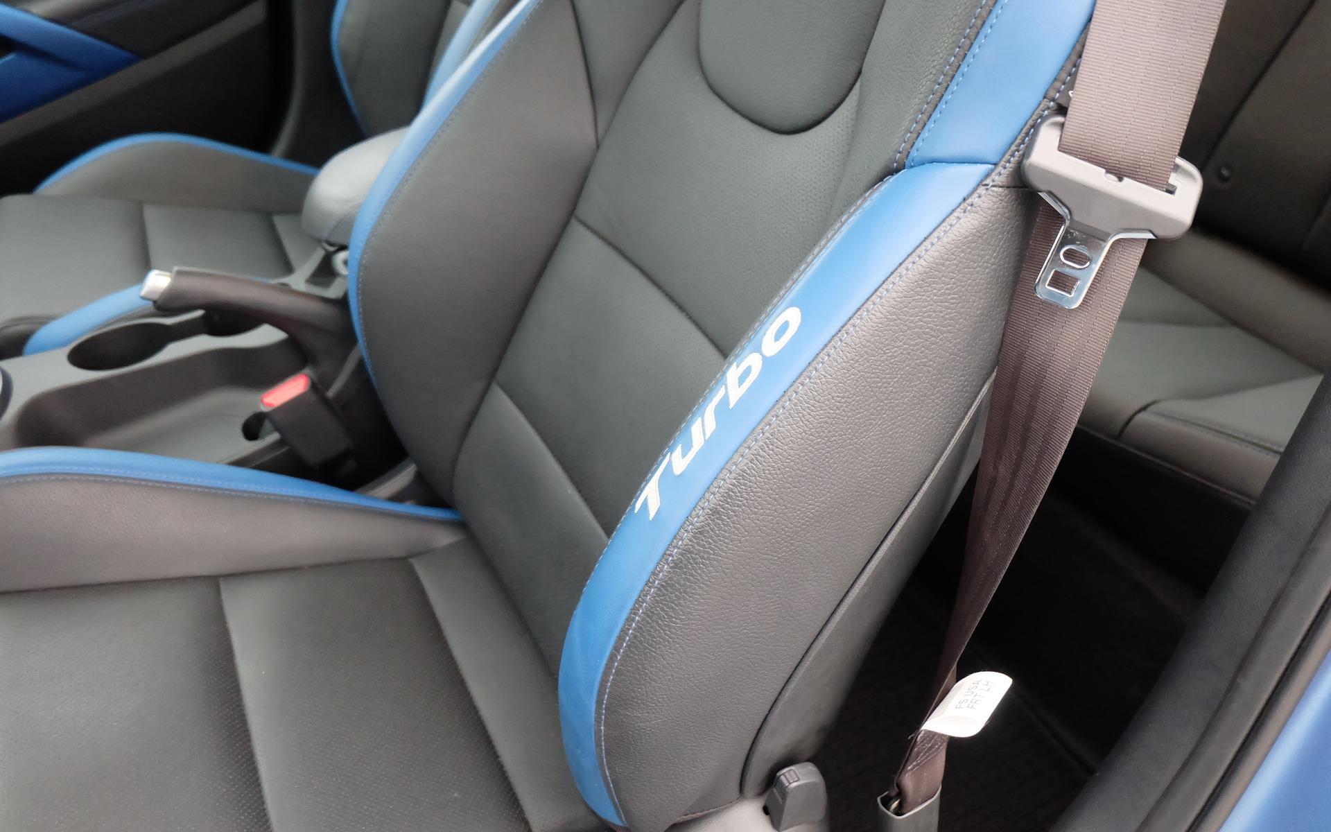 Il y a des écussons Turbo sur les sièges avant.