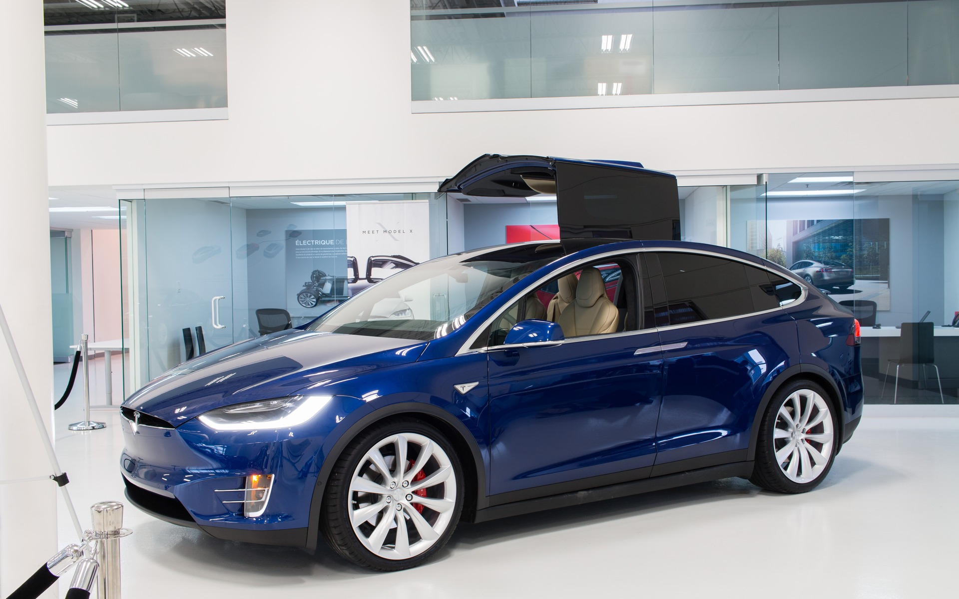 le tesla model x en tourn e montr al guide auto. Black Bedroom Furniture Sets. Home Design Ideas