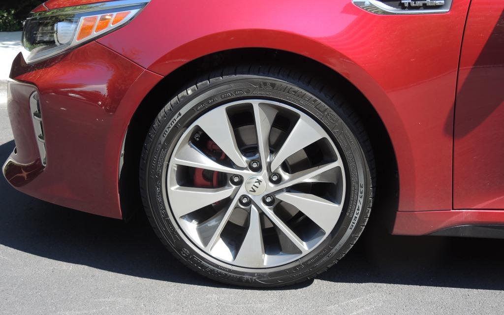 L'Optima SX Turbo roule sur des pneus de 18 pouces.