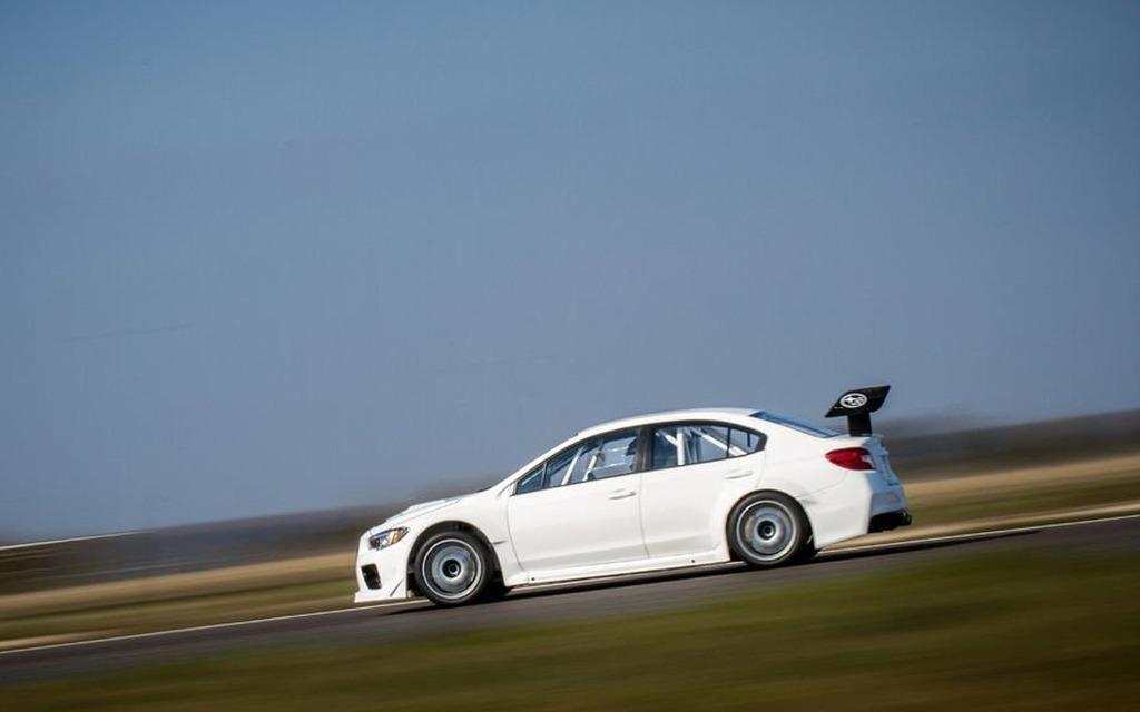 David Higgins et sa WRX STI préparé par Prodrive en pleine vitesse