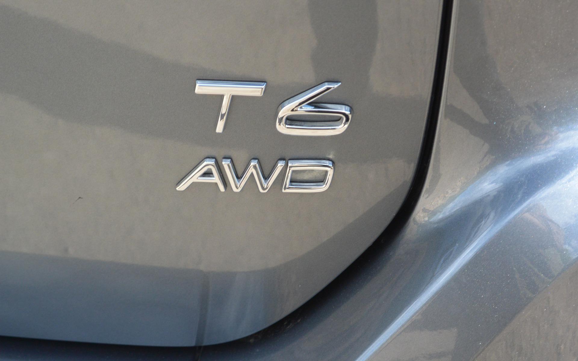 Le moteur quatre cylindres de la T6 comprend un turbo et un compresseur.