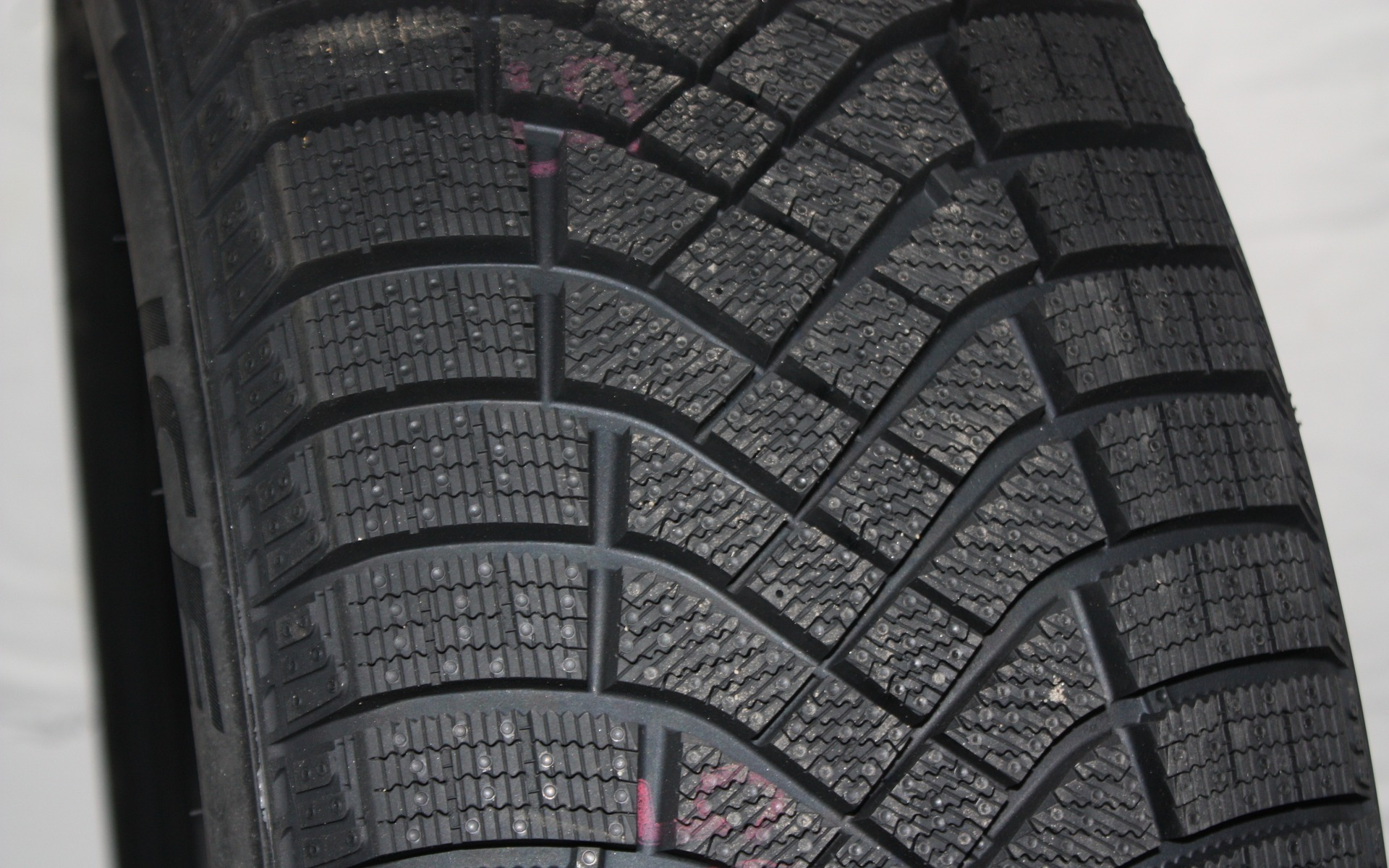 test de pneus d 39 hiver du guide de l 39 auto 9 39. Black Bedroom Furniture Sets. Home Design Ideas