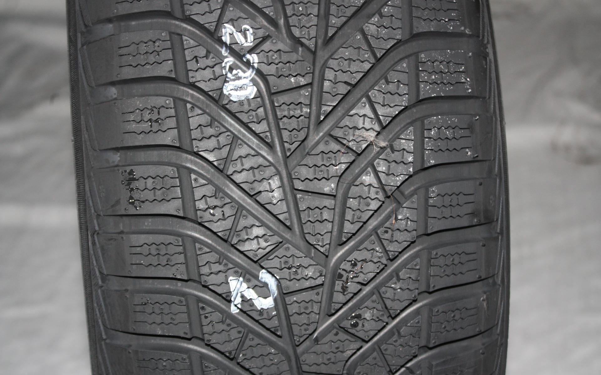 test de pneus d 39 hiver du guide de l 39 auto 12 39. Black Bedroom Furniture Sets. Home Design Ideas