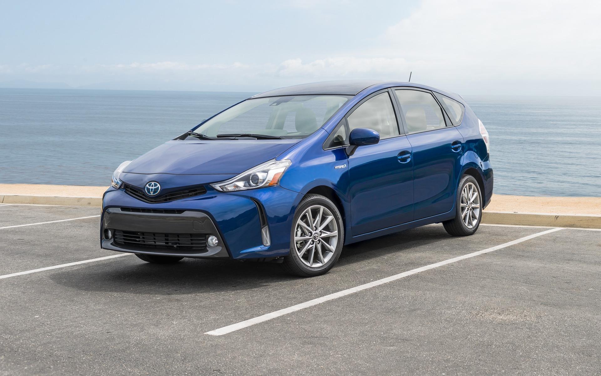 La Toyota Prius v se fond dans la circulation.