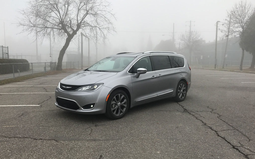 2017 chrysler pacifica the new standard in family hauling the car guide. Black Bedroom Furniture Sets. Home Design Ideas