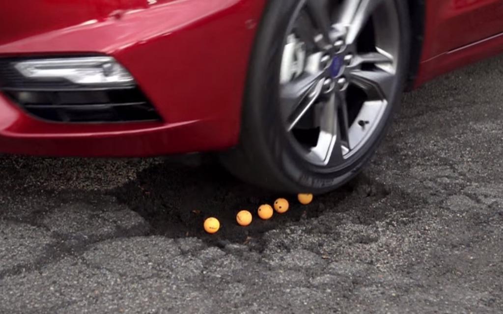 La Ford Fusion Sport 2017 peut passer par-dessus les nids-de-poule.