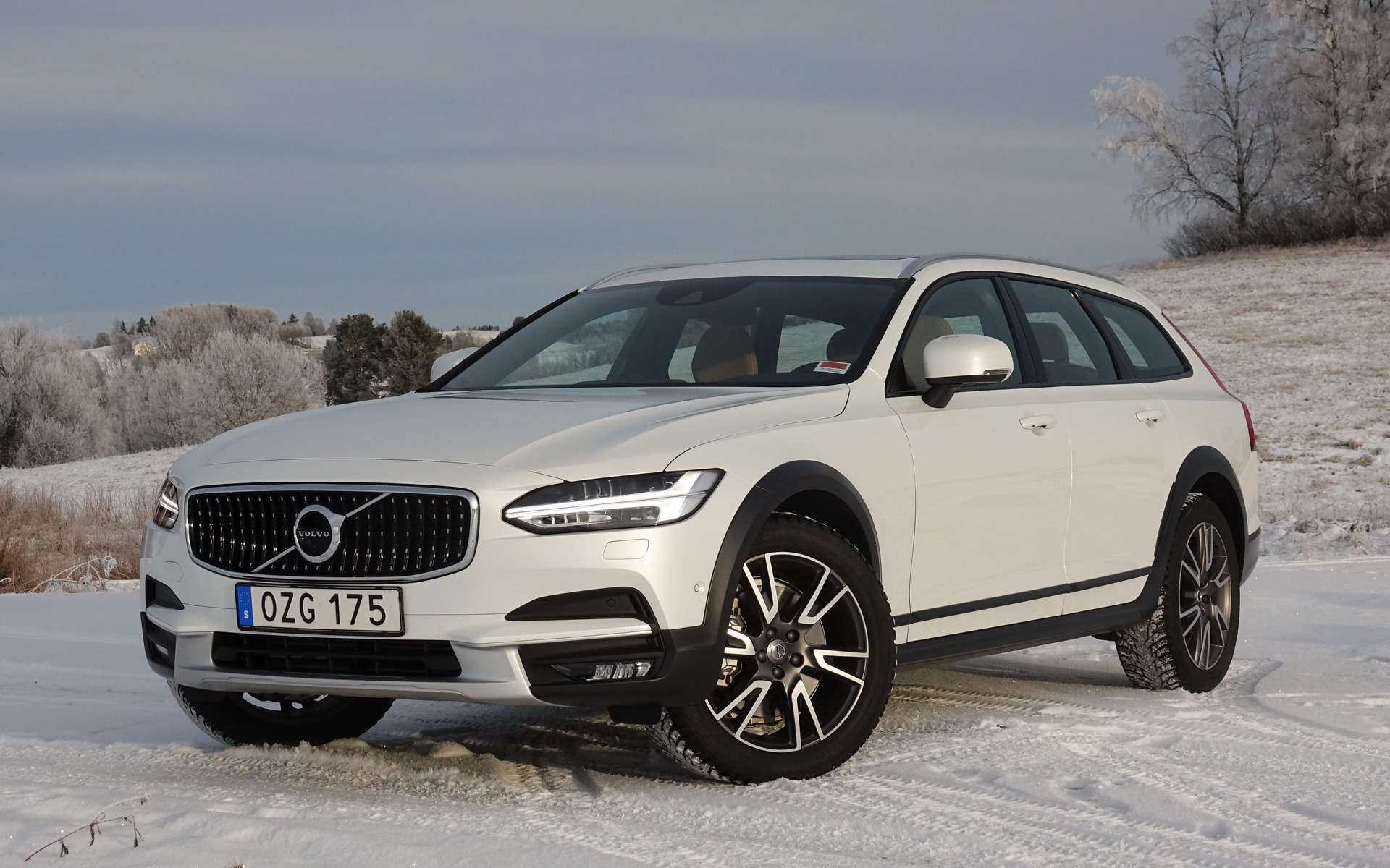 2017 volvo v90 cross country king of the ice the car guide. Black Bedroom Furniture Sets. Home Design Ideas