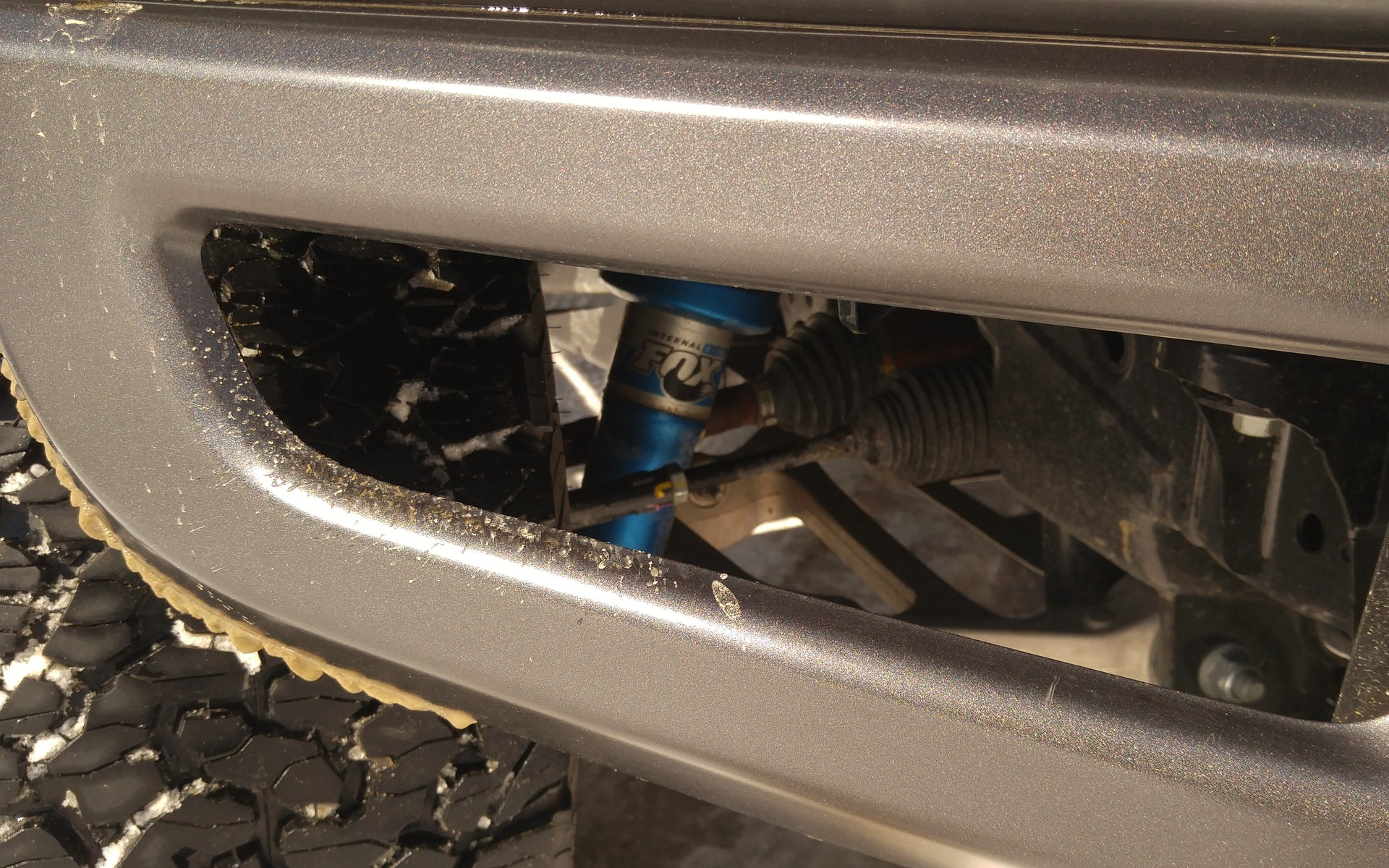 <p>Vue sur une partie de la suspension avant.</p>