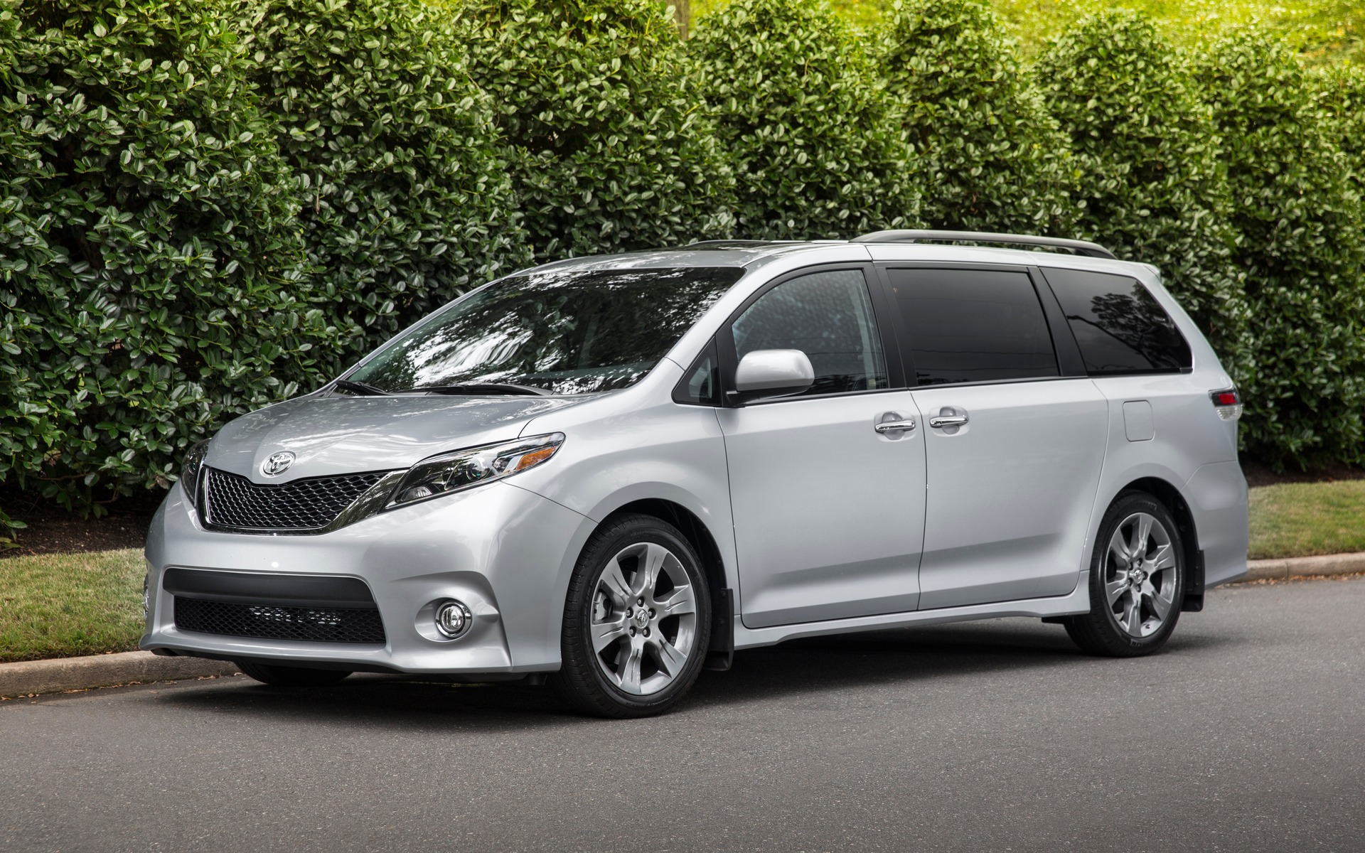 2017 toyota sienna family first the car guide. Black Bedroom Furniture Sets. Home Design Ideas
