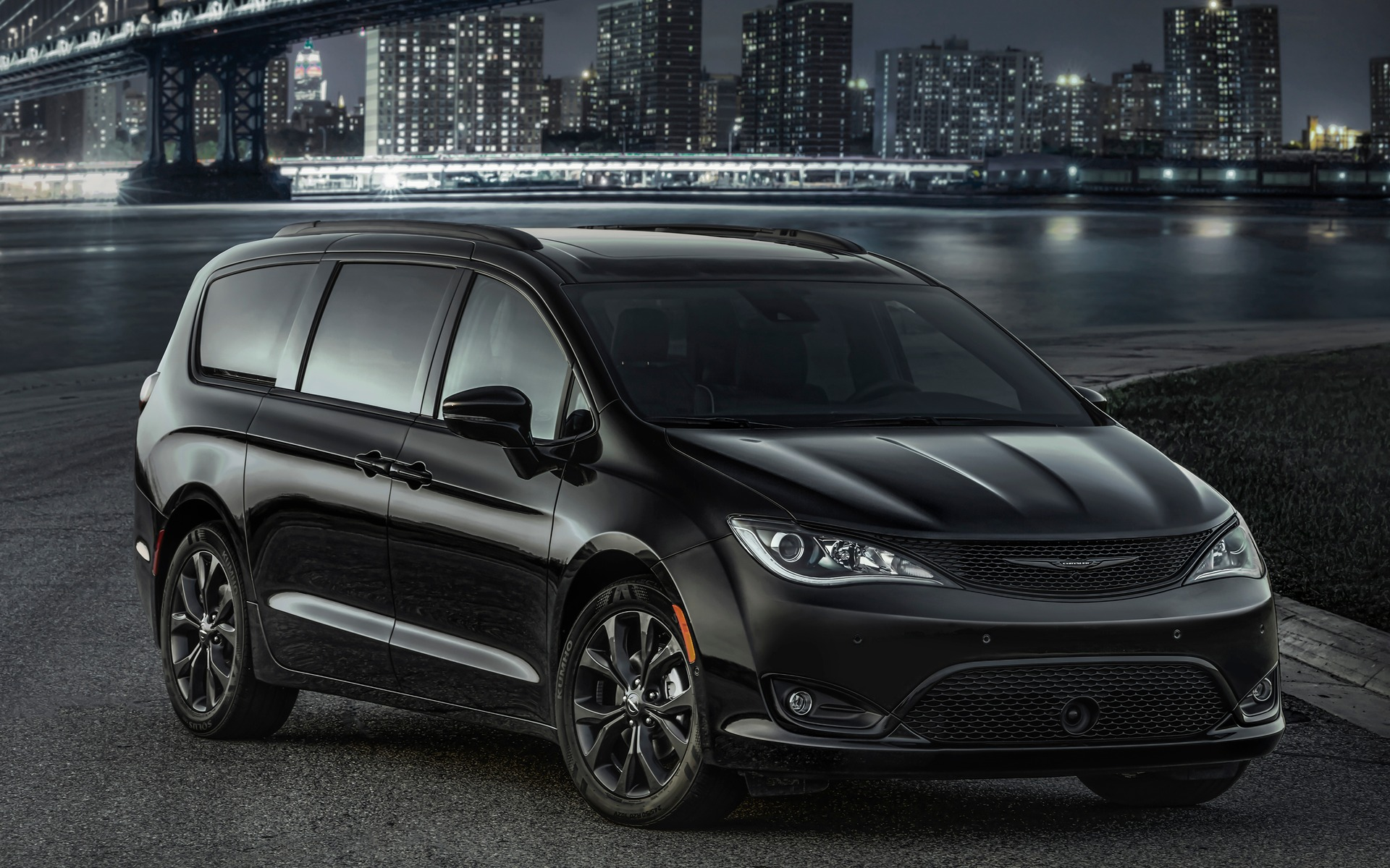 fca releases a sportier chrysler pacifica the car guide. Black Bedroom Furniture Sets. Home Design Ideas