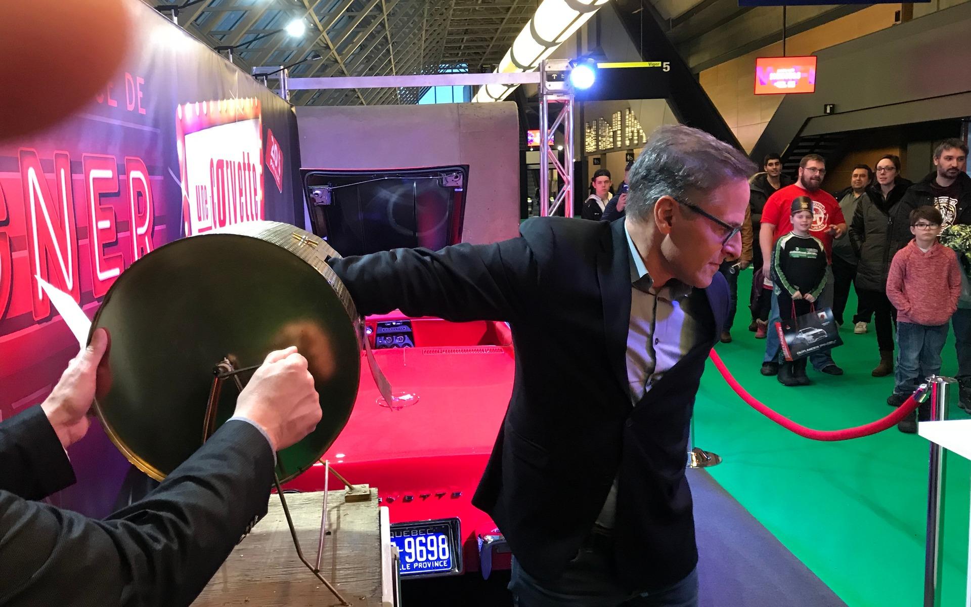 <p>Jean Lemieux, en train de piger le billet gagnant.</p>