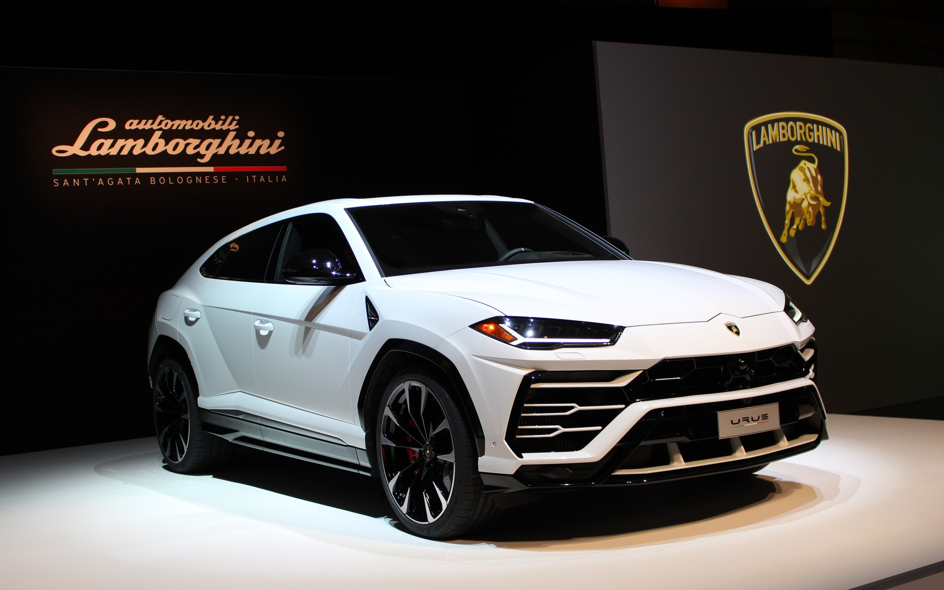 lamborghini urus 2019 aper u guide auto. Black Bedroom Furniture Sets. Home Design Ideas