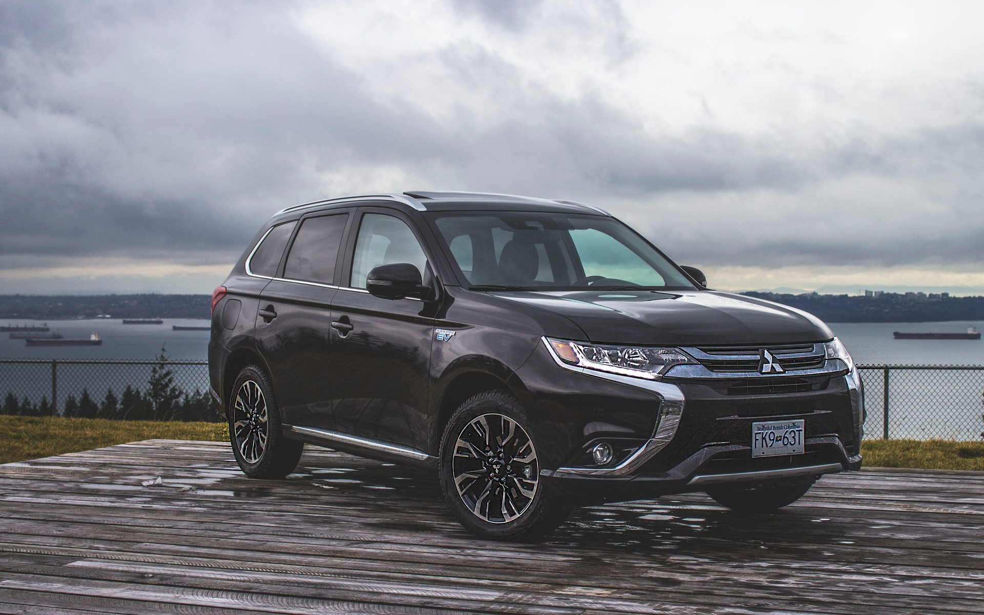 <p>Front 3/4 view of the 2018 Mitsubishi Outlander PHEV</p>