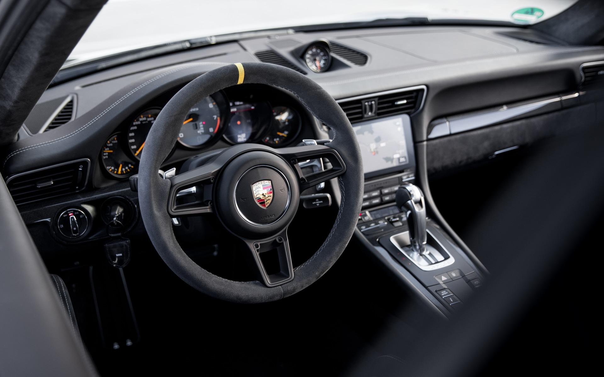 <p>Porsche 911 GT2 RS 2018 - Cockpit.</p>