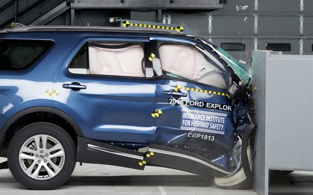 <p>2018 Ford Explorer right-side small overlap front crash test</p>