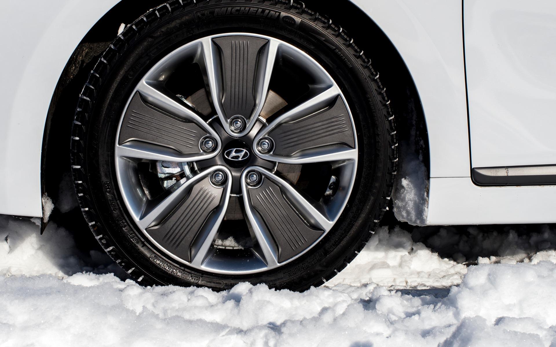 qu est ce qui distingue les pneus d hiver des pneus quatre saisons guide auto. Black Bedroom Furniture Sets. Home Design Ideas