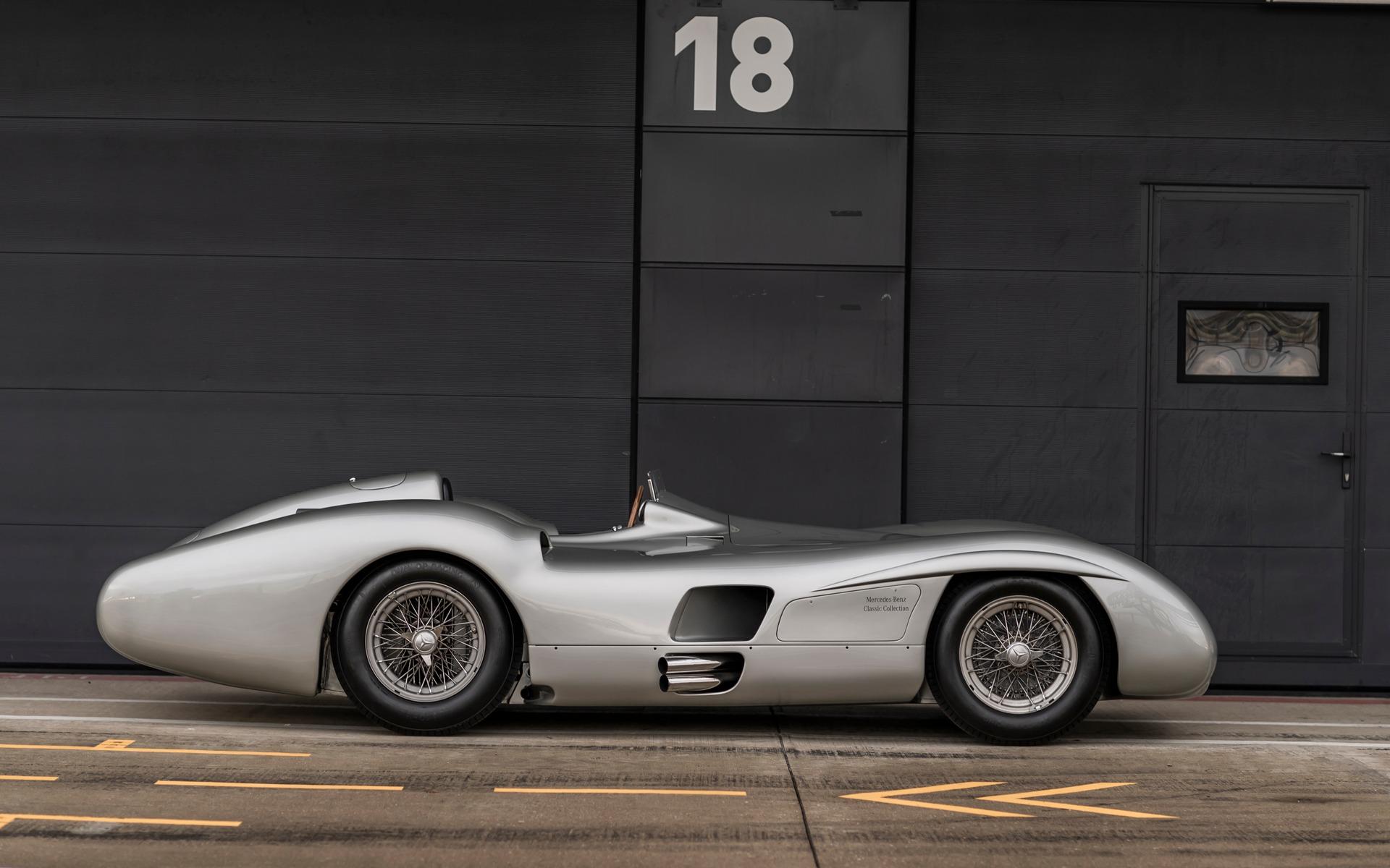<p>Une Mercedes-Benz W196R profilée à Silverstone</p>